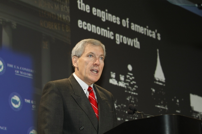 Tom Leppert, then mayor of Dallas, presents the January 2009 Metro Economies Report as this PowerPoint presentation displays in the background.